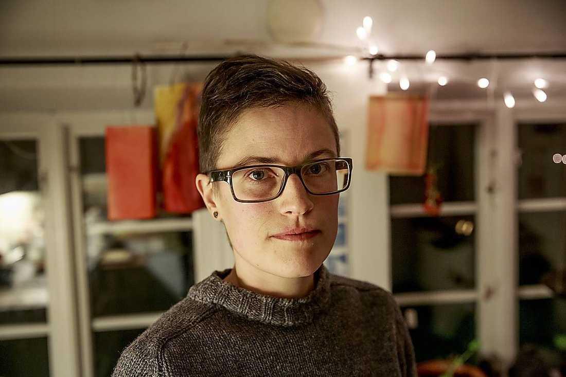 Kari Svahn, 35, gick på samma gymnasieskola som Åkesson. Hon säger att det var Åkessons gäng som var hotfullt.