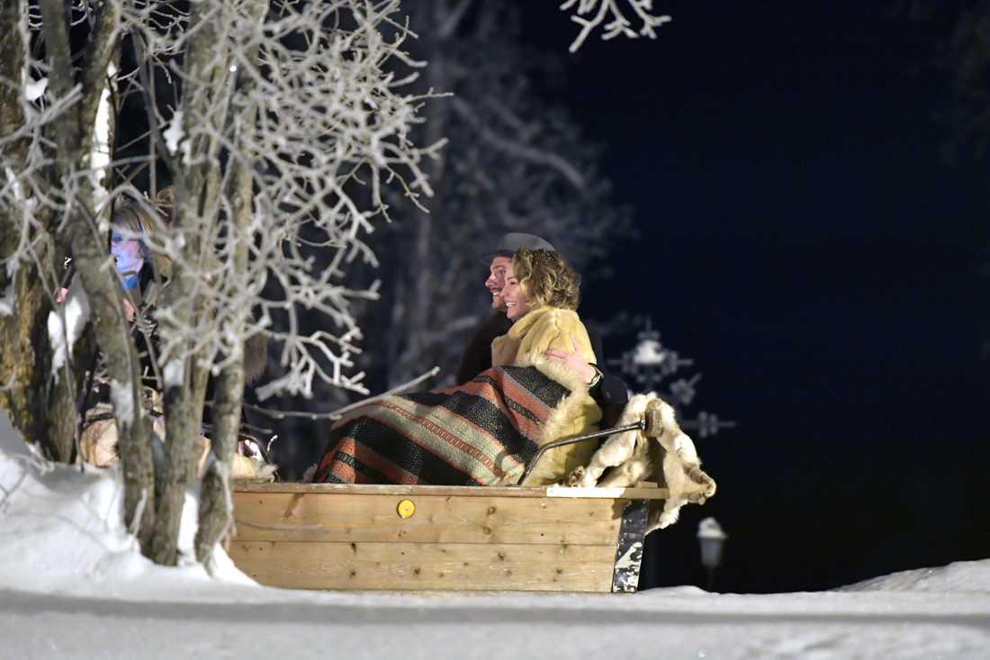 Carina Berg och Erik Johansson lämnar kyrkan med häst och släde.