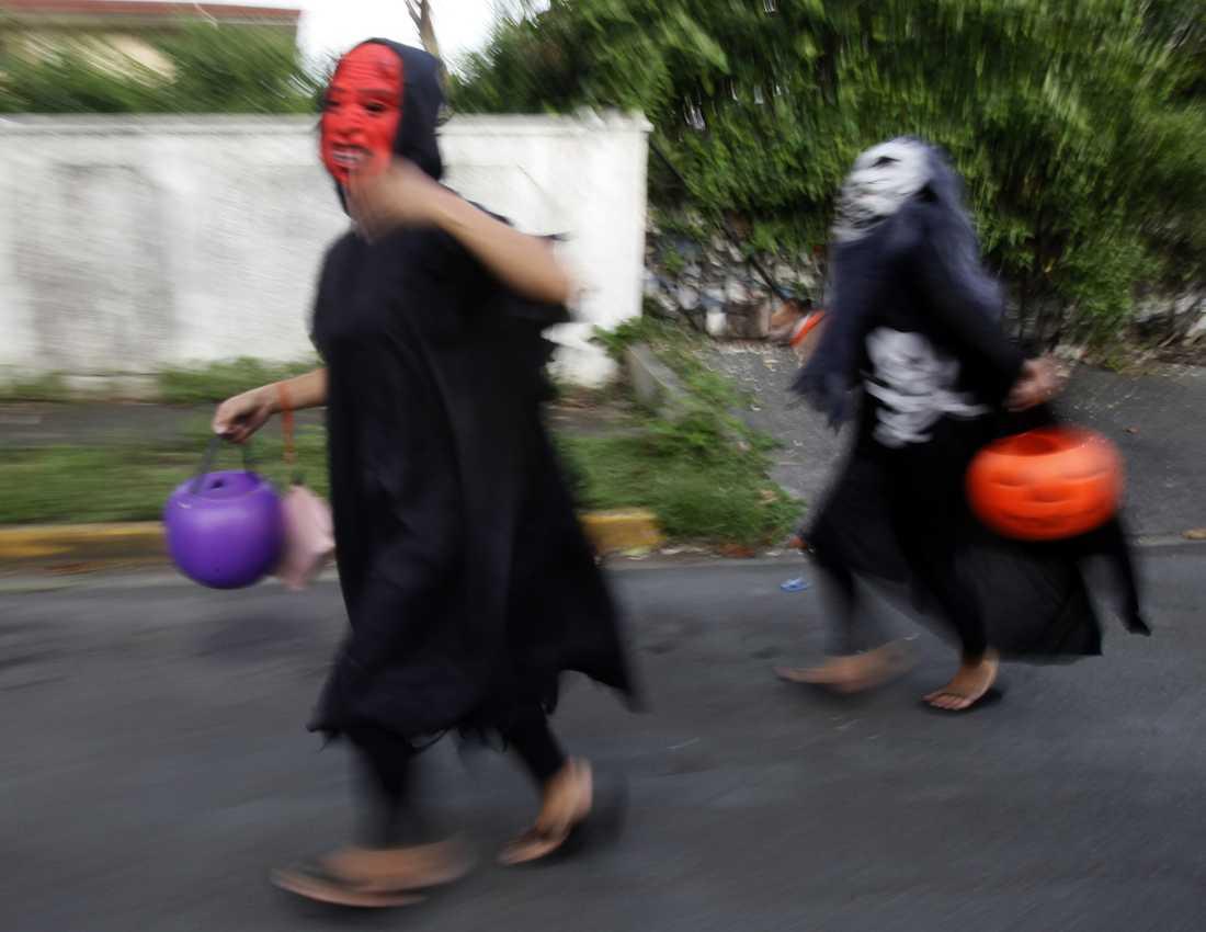 Barn på jakt efter godis under Halloween, här i Filippinerna. Åtminstone i Kanada kommer traditionen att hållas vid liv även i år. Arkivbild.