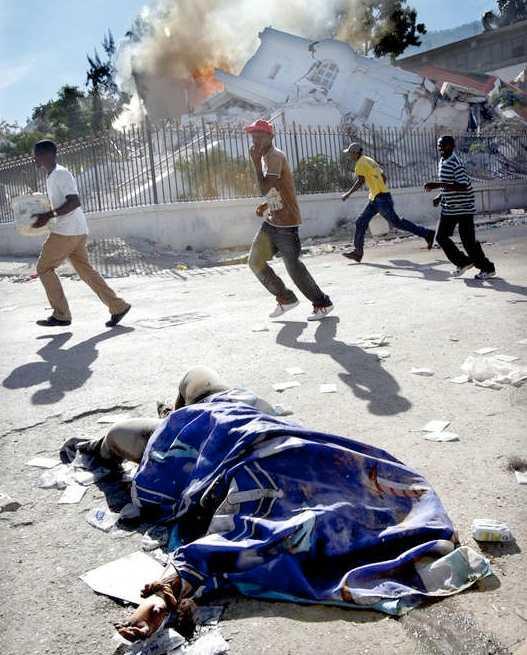 Ett gäng har satt eld på vad som tidigare var det haitiska justitiedepartementet.