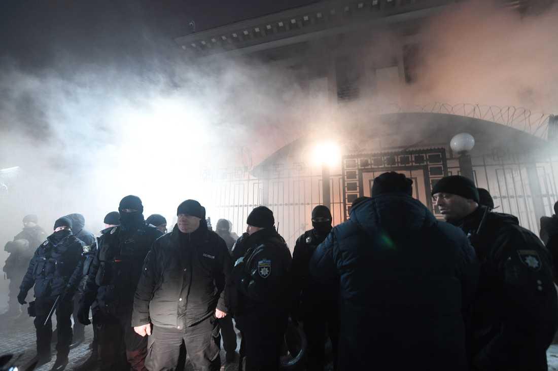 Poliser utanför ryska ambassaden i Kiev.