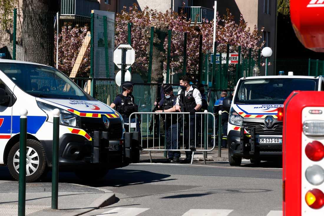 Polisavspärrningar vid polisstationen i Rambouillet i Frankrike på fredagen.