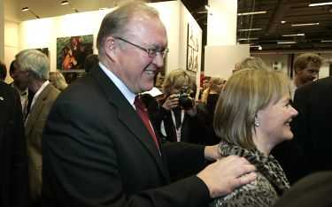 damerna först Göran Persson har bestämt sig för vilka grupper i samhället man ska satsa på i valkampen: kvinnor, äldre, föräldrar, facken – och partiarbetarna. Att hustrun Anitra Steen röstar på socialdemokraterna kan han nog ta för givet.