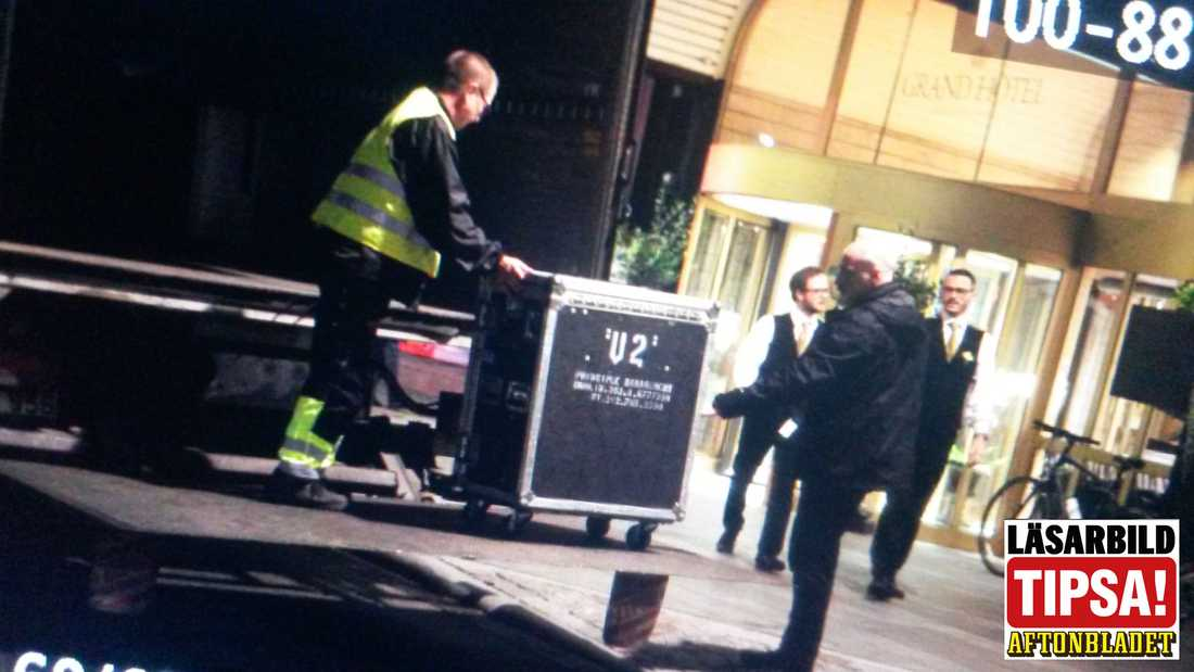 U2 anlände till Grand Hôtel i centrala Stockholm mitt i natten inför Sverigespelningarna.