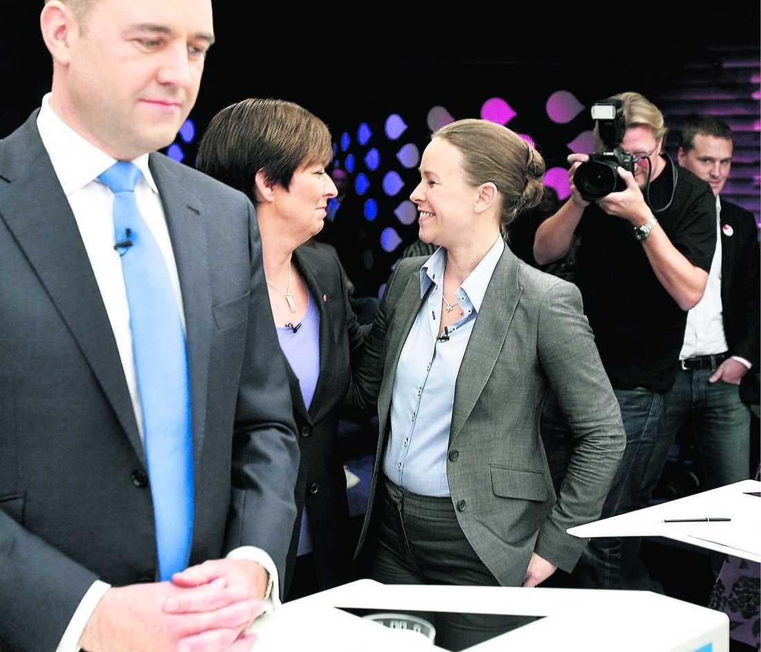 TVINGADES FÖRSVARA SIG Alliansen pressas av den heta debatten om de utförsäkrade och de rödgröna knappar nu in i opinionsmätningarna. Inför partiledardebatten i SVT i går valde därför oppositionen att göra en stenhård satsning på att attackera regeringens sjukförsäkringspolitik. Och statsminister Fredrik Reinfeldt tvingades gång på gång försvara sig och sina allianskollegor.