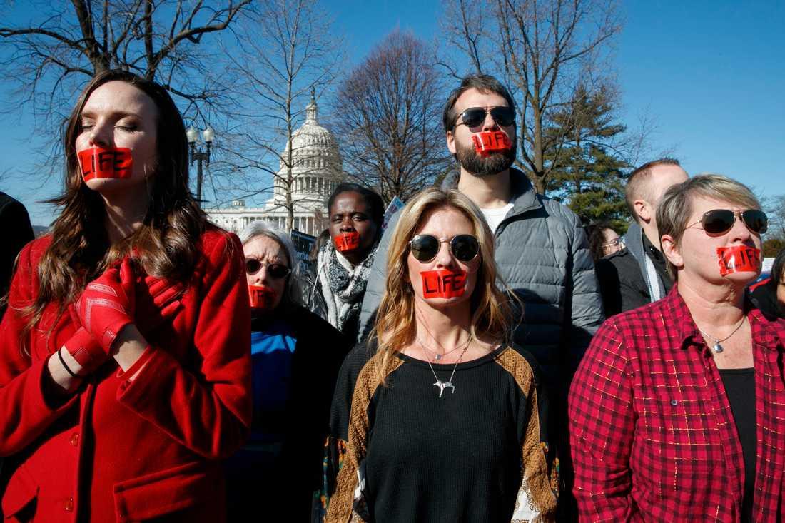 Abortfrågan delar USA. På bilden demonstrerar abortmotståndare utanför Högsta domstolen i Washington DC. Arkivbild.