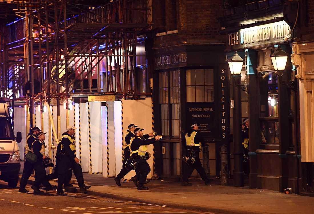 Brittisk polis gör en räd på en pub vid Borough Market.