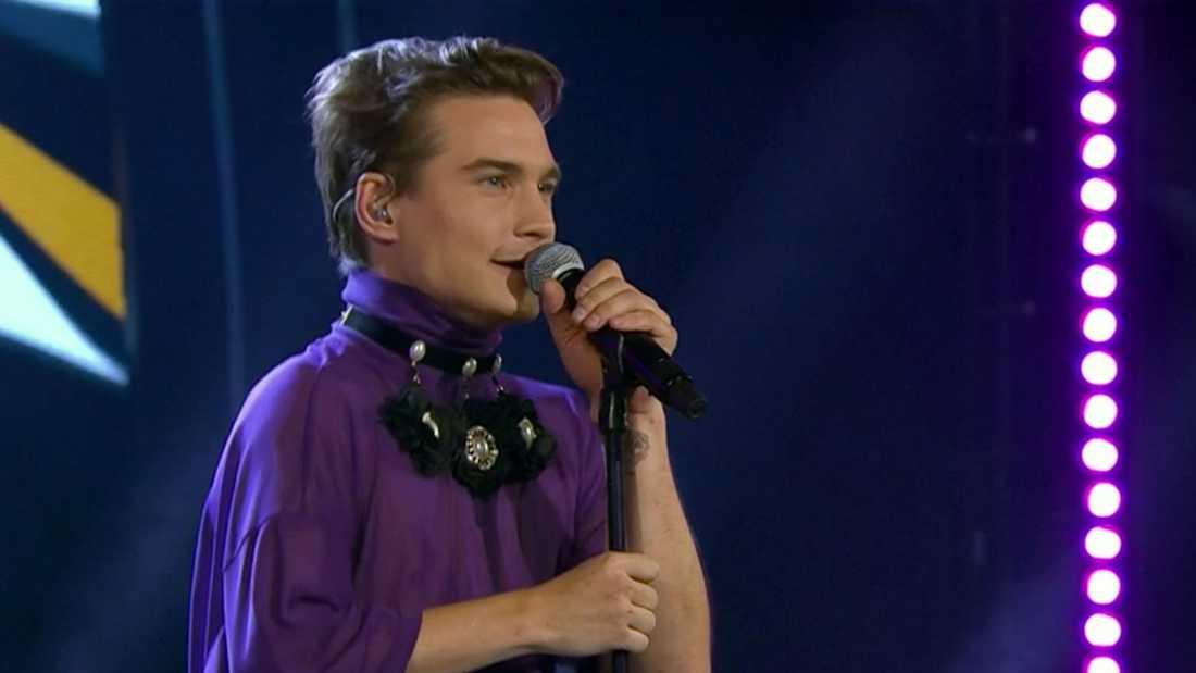 """Christoffer Hamberg sjunger """"Det börjar verka kärlek banne mig""""."""