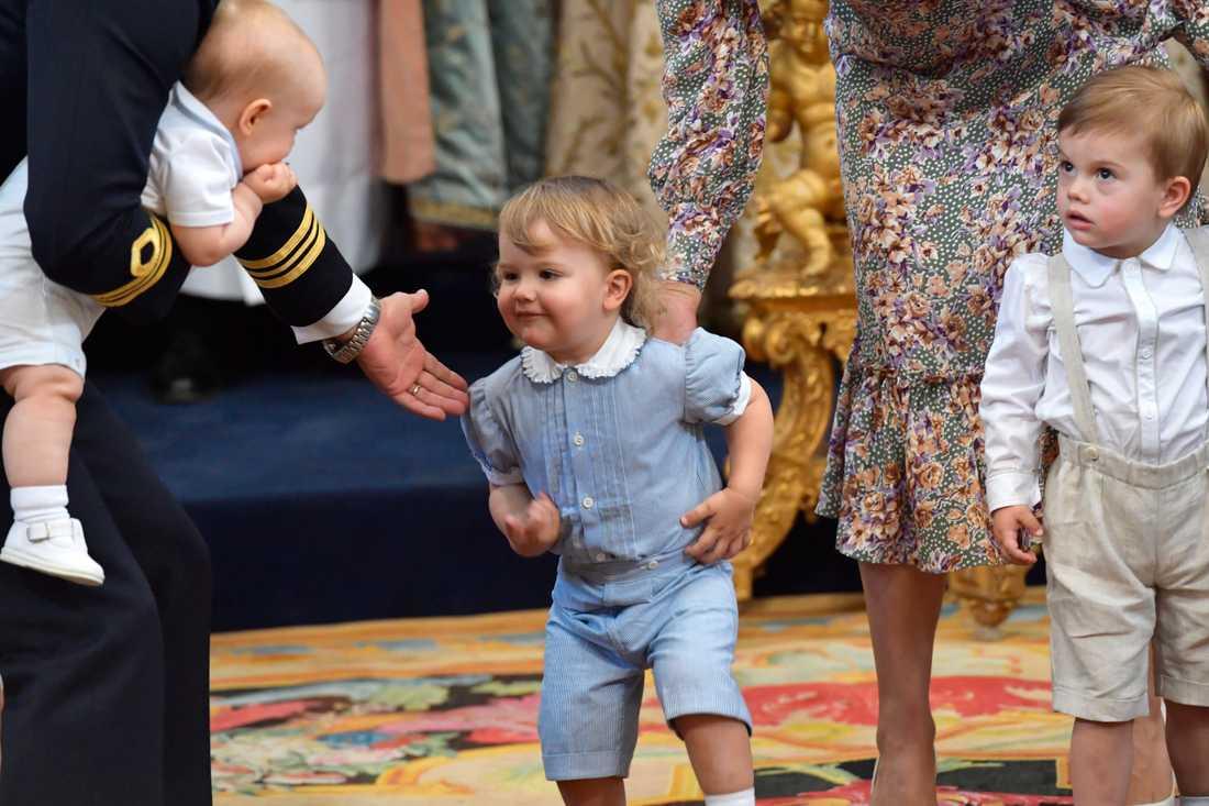 Prins Carl Philips son prins Alexander och prins Oscar, kronprinsessan Victorias son under dopgudstjänsten för prinsessan Adrienne i Drottningholms slottskyrka i fjol.