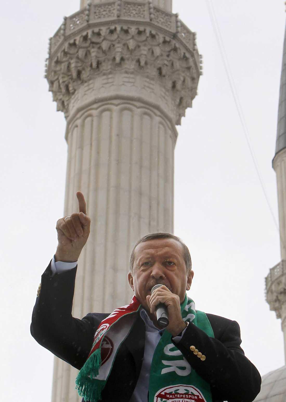 KEJSAREN AV TURKIET Premiärminister Recep Tayip Erdogans parti AKP fick hälften av rösterna i det turkiska valet.