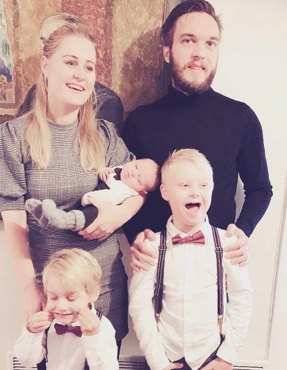 Emily och Fredrik med sina barn.