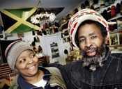 Louie Hamilton och Bonnie Quriaishi i reggaebutiken Bashment. Foto: Johan Bävman