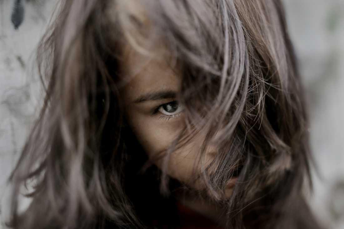 """Josefina, 13 år Bor med fyra syskon, mamma och pappa i ett rum. Mamma spinner snören av växter, pappa kör cykeltaxi. Visste inte att även storasyster såldes. För Josefina var det en granne.  De talar fortfarande inte om händelsen hemma. Säger om sig själv: """"Jag tycker om att göra mamma och pappa glada och tycker illa om när det är gräl hemma och inga pengar till mat."""""""