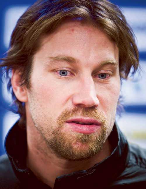 En nedstämd Peter Forsberg kallade till en presskonferens mitt under Modos match mot Linköping i?går. Där meddelade han beslutet om att avbryta comebacken.