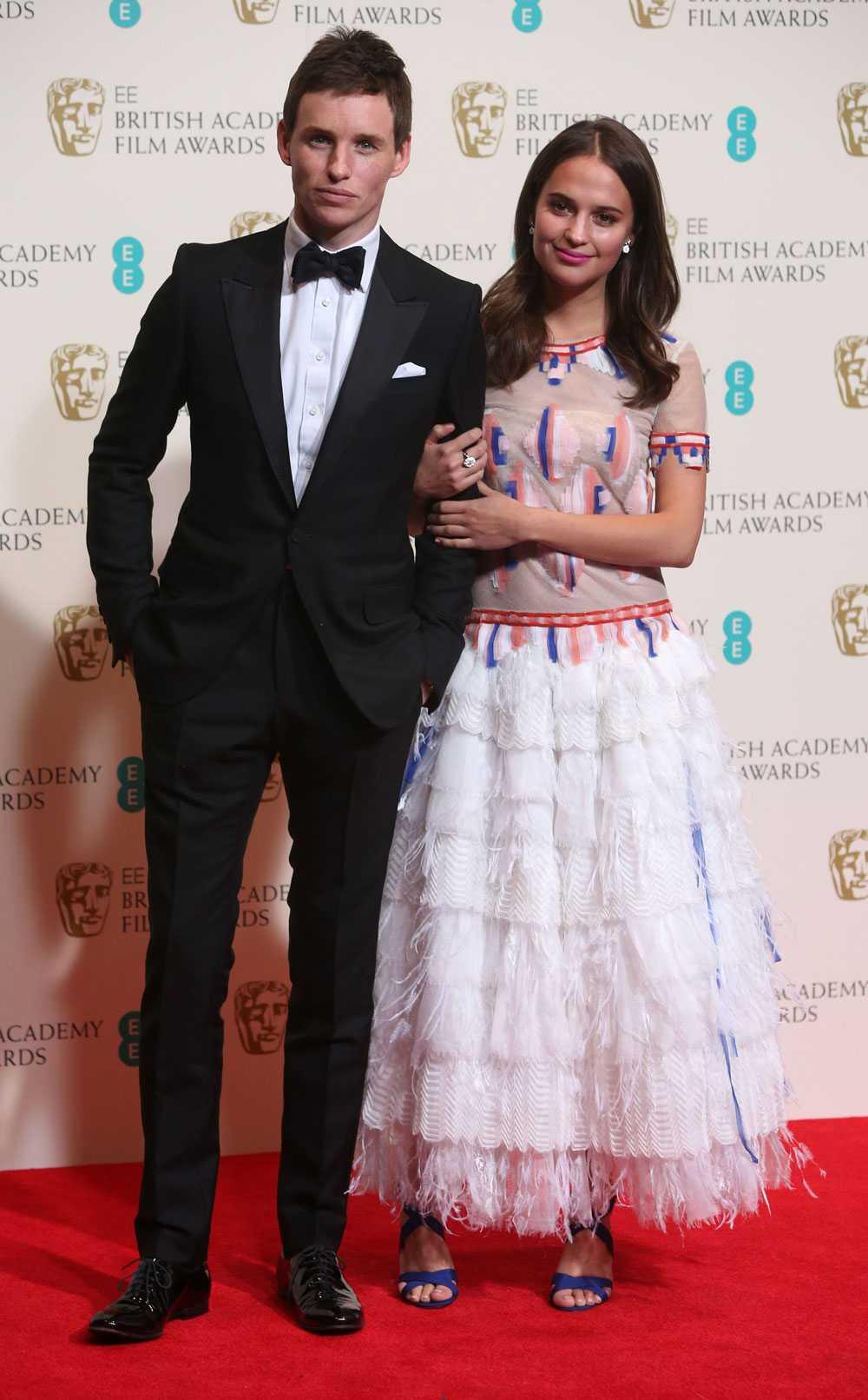 Alicia Vikander tillsammans med Eddie Redmayne på EE British Academy Film Awards.