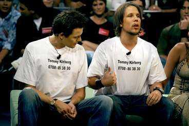 """DIREKTSÄNDNING Fredrik Wikingsson och Filip Hammar dök upp i TV 4:s nya storsatsning """"Position X"""" i tröjor med Tommy Körbergs hemliga telefonnummer. De raljerade över sångarens rattfylla och uppmanade tittarna att ringa honom."""