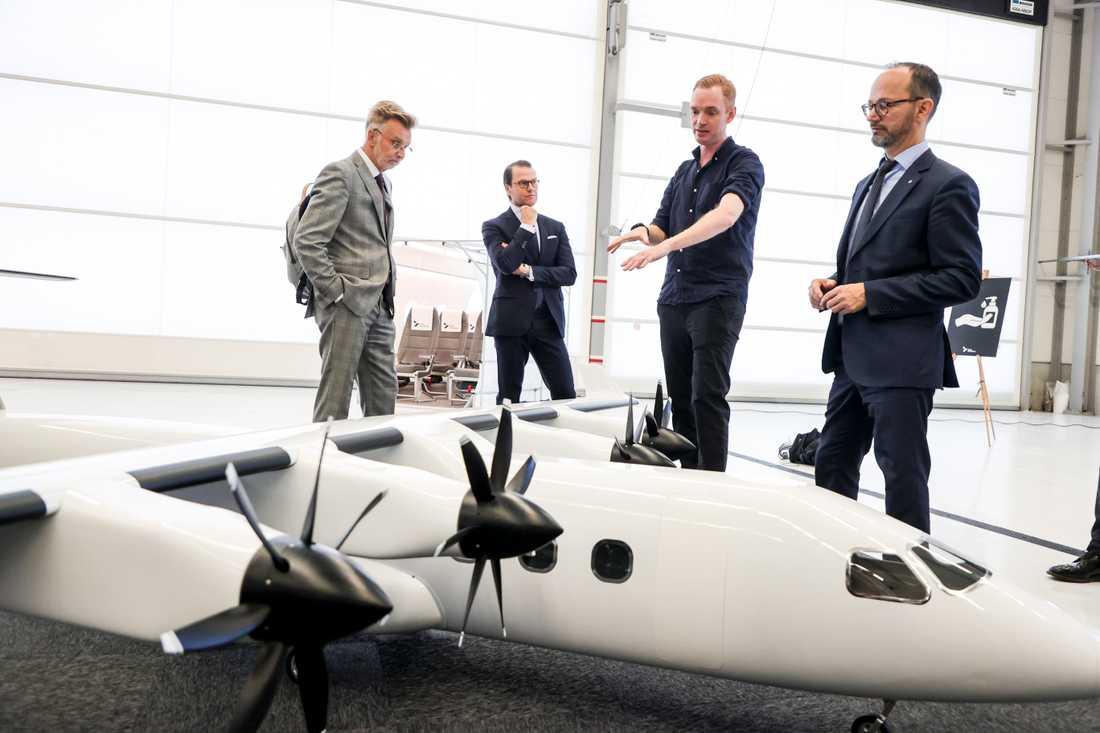 En fungerande modell i liten skala av det 19-sitsiga elflygplanet ES-19 granskas av landshövding Anders Danielsson, prins Daniel, Heart Aerospaces vd Anders Forslund samt infrastrukturminister Tomas Eneroth.