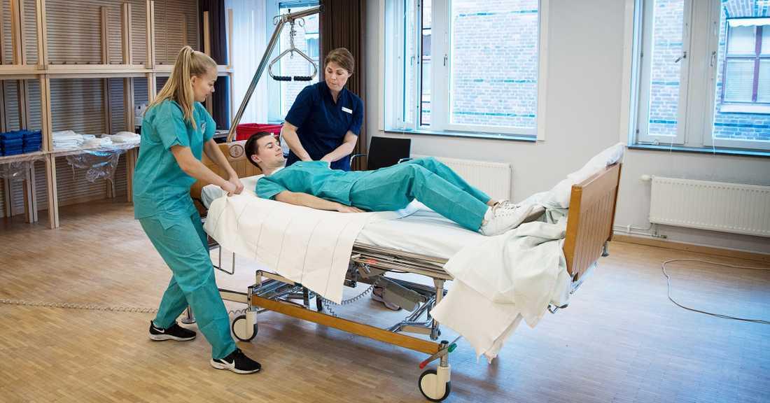 Mathilda Malm och Filip Palmgren från SAS får en snabbkurs i sjukvård.