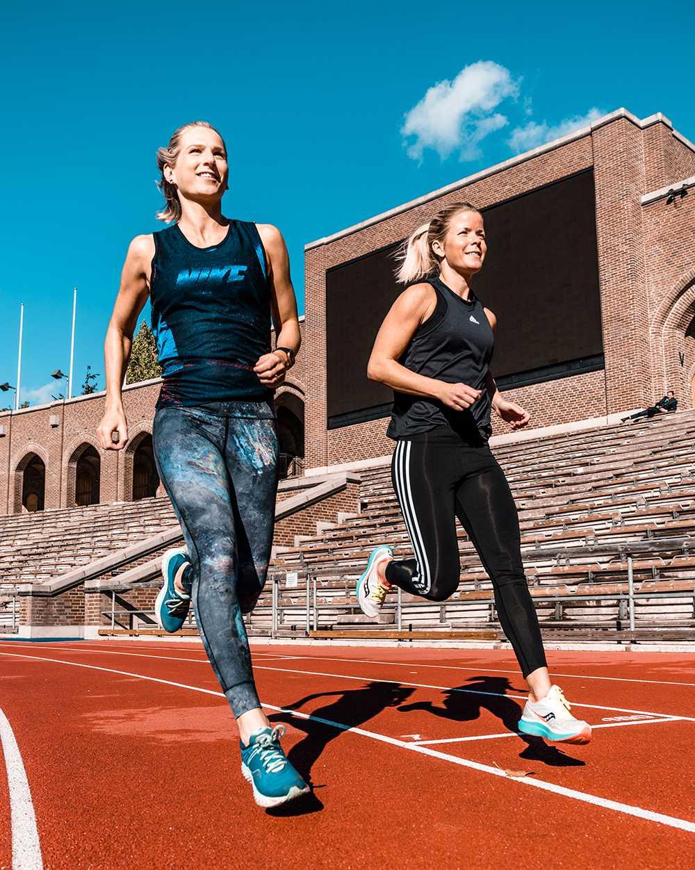 """Sara Wiss och Josefine Swärm är båda löpcoacher och peppar dig genom träningspassen i podden """"Spring så snackar vi""""."""