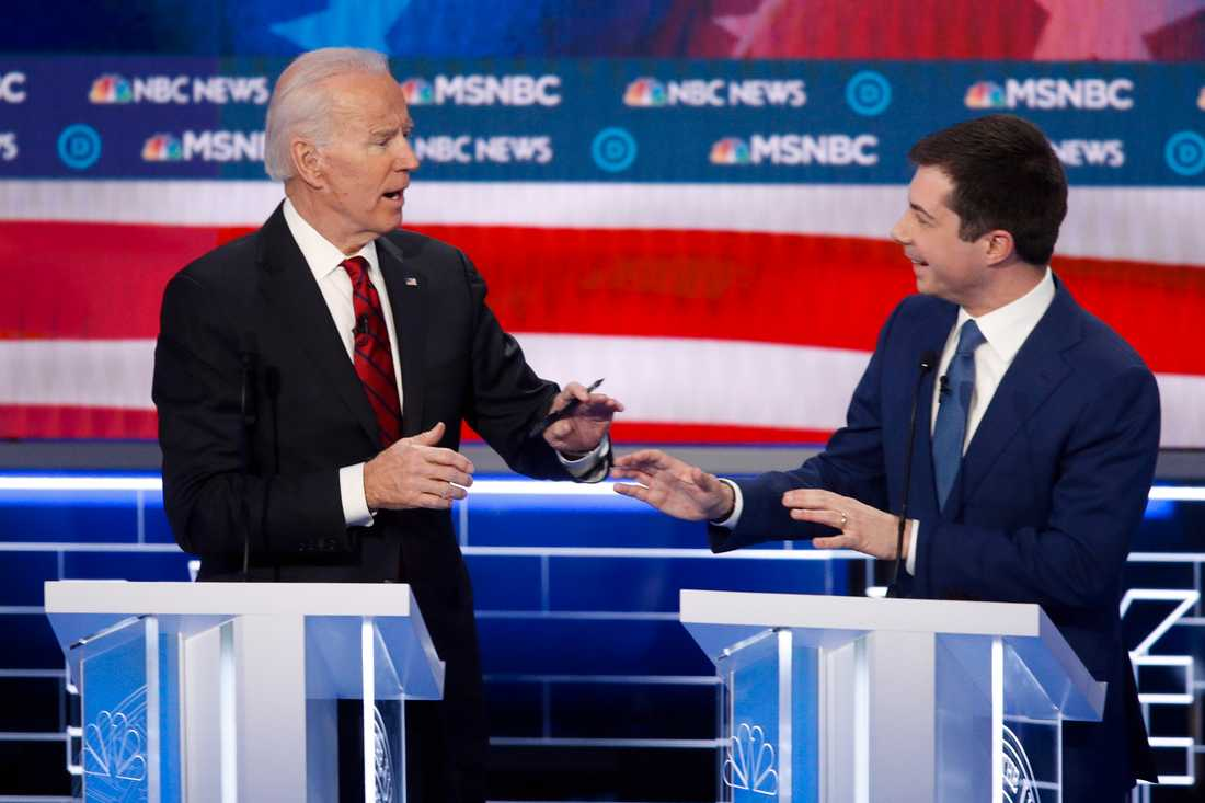 De demokratiska presidentaspiranterna Joe Biden (tv) och Pete Buttigieg debatterar mot varandra den 19 februari. Buttigieg har nu ställt sig bakom Biden.