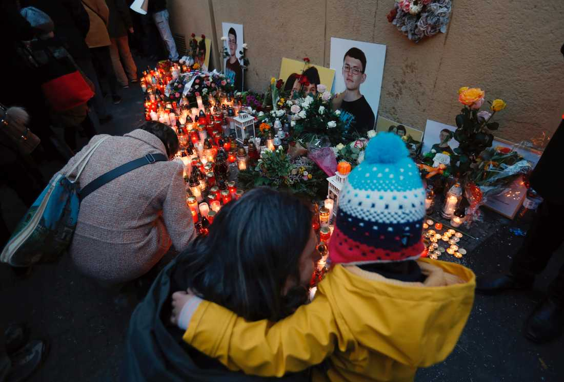 Sörjande tänder ljus för att hedra årsdagen av morden på Jan Kuciak och Martina Kusnirova. Arkivbild.
