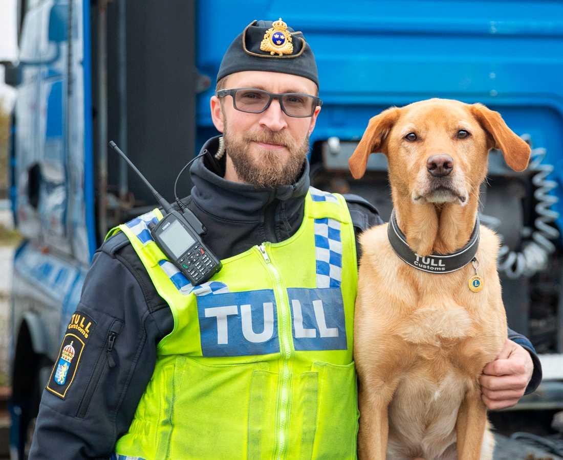 Tullinspektör Kim Holm tillsammans med labradoren Harry.