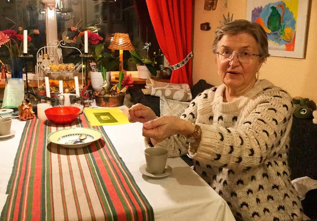 """Med döttrarna utflyttade är huset i Bergsjön i nordöstra Göteborg för stort för att Gisela Grahm, 75, att bo i ensam. Men trots att hon skulle göra en hygglig vinst om hon sålde det skulle hon inte ha råd. Orsaken är att hennes pension är för liten för att banken skulle ge henne något lån. """"De 1,2 miljoner som blir kvar efter reavinstskatten räcker inte till någon lägenhet i Göteborg"""", säger Gisela Grahm."""