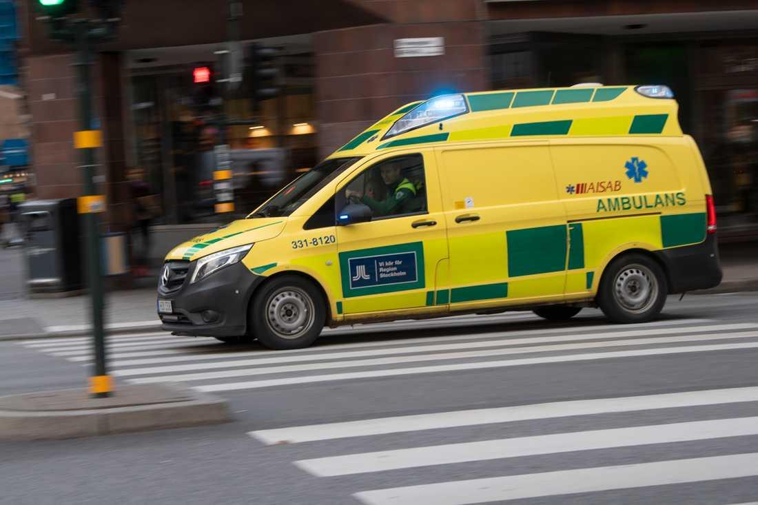 Kvinnan i permobilen fördes med ambulans till sjukhus. Arkivbild.