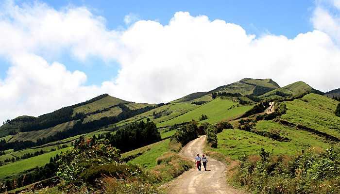 VANDRA RUNT SETE CITADES Att vandra runt Sete Cidades tar cirka fyra timmar och är ett spännande dagsäventyr. Upplev hisnande vacker utsikt under promenaden längs kraterkanten, som du med stor säkerhet delar med några av São Miguels vanligaste och nyfiknaste invånare, korna. Men ta med kläder för alla väder – under en vandring kan vädret växla mellan vindstilla och snålblåst, dimma och strålande sol.(klicka för större bild)
