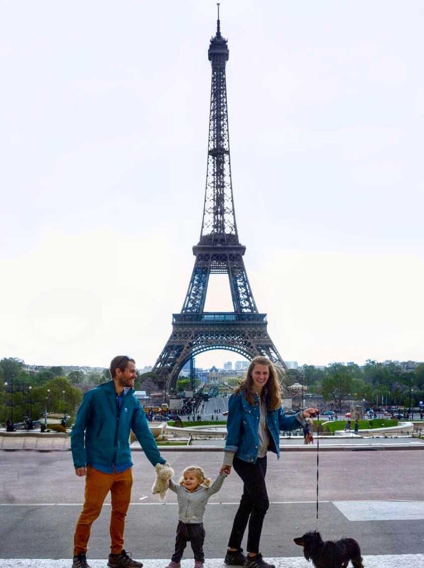 """Paris: """"En dag skulle vi ha picknick framför Eiffeltornet och Vilda sprang runt som en galning och skulle plocka upp glasbitar på marken och sen vägrade äta det vi hade tagit med. Pappa fick springa runt halva Paris och leta efter något ungen kunde tänkta sig äta och när han kom tillbaka började det spöregna"""", berättar Erica."""
