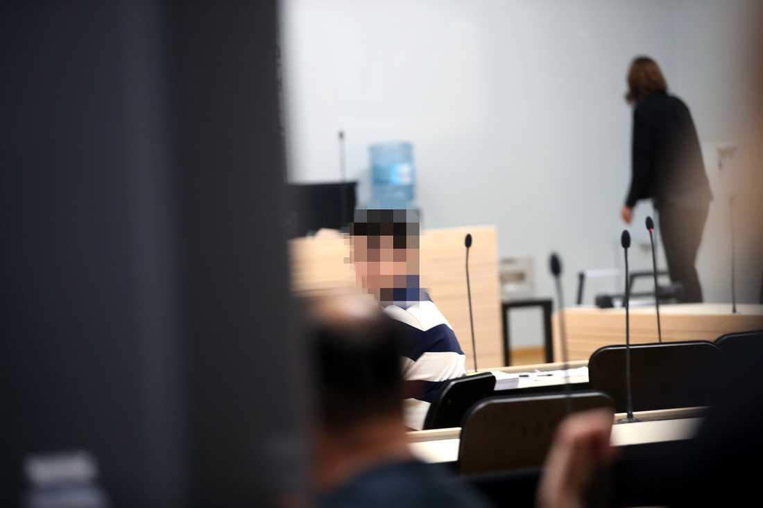 Rättegången  inleddes på måndagsmorgonen.