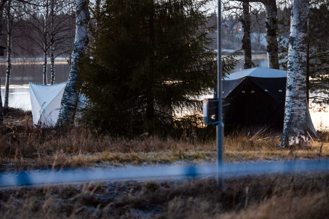 Polisen undersöker fyndplatsen vid Kalixälven.