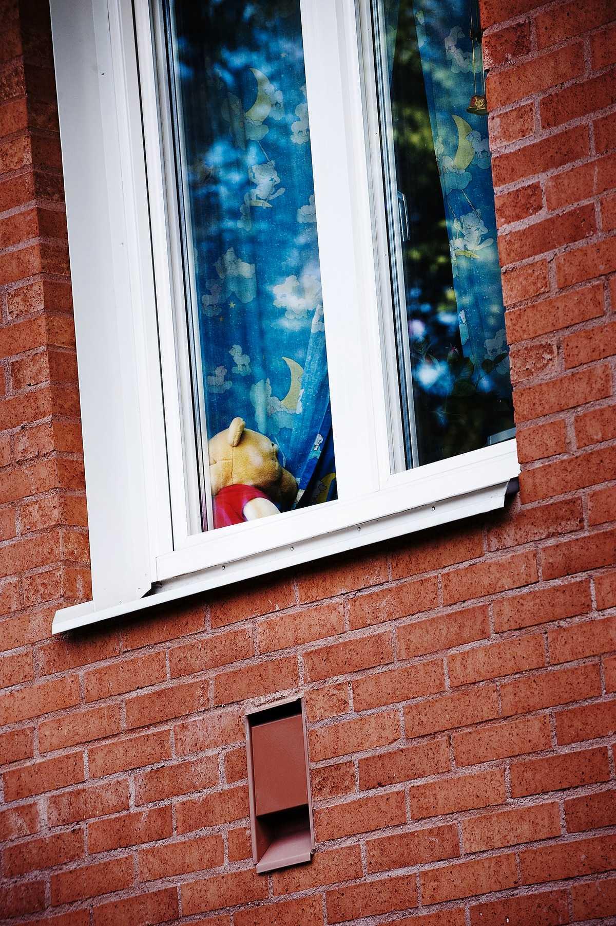 POJKRUMMET I fönstret till huset där sjuåringen mördades sitter en nallebjörn.
