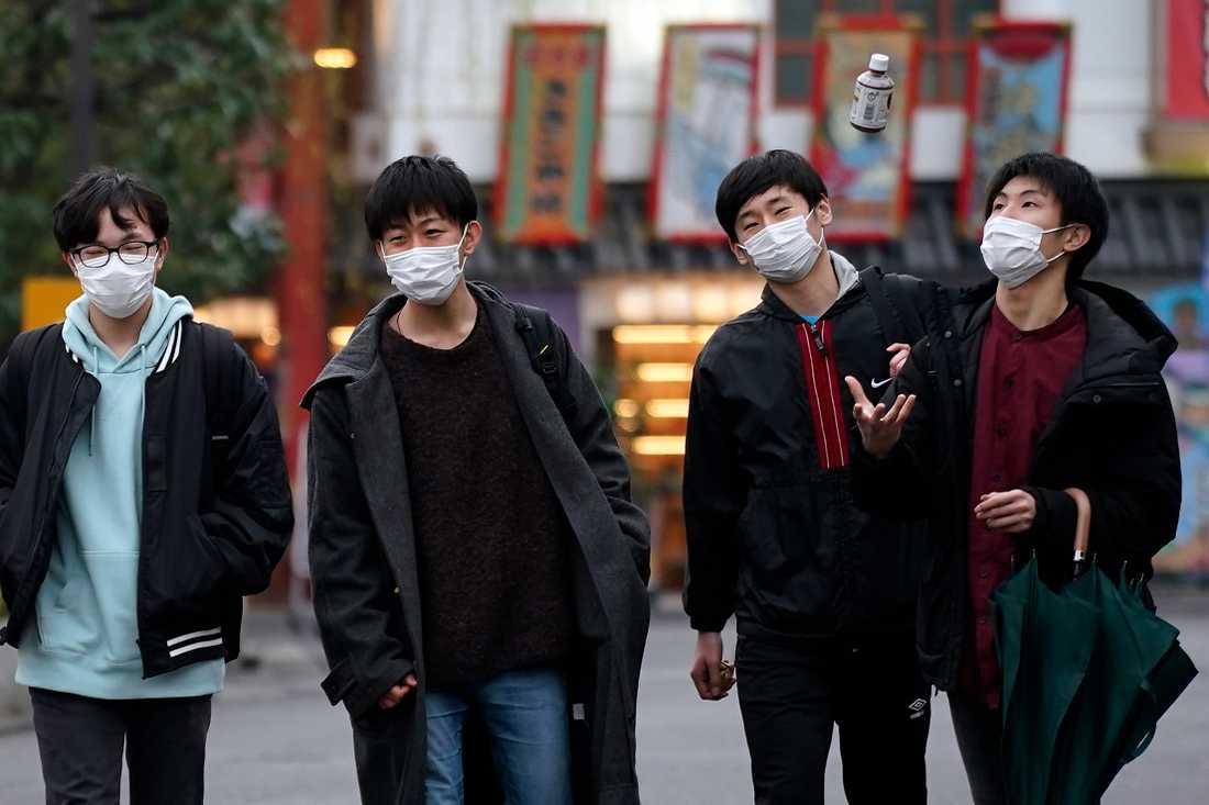 Invånare i Japans huvudstad Tokyo med ansiktsmasker. Landets premiärminister Shinzo Abe har beordrat att samtliga skolor ska stängas för att hindra spridningen av det nya coronaviruset.