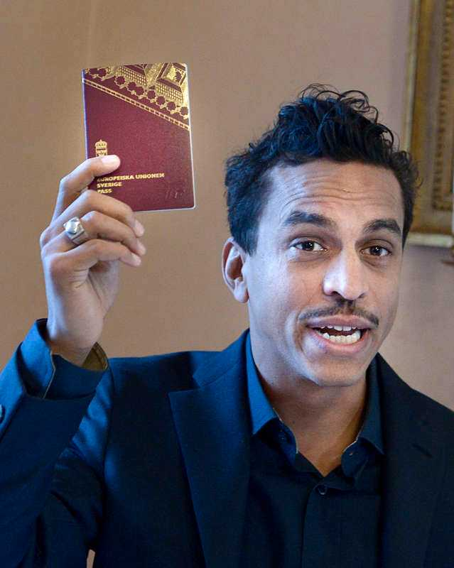 """4 DECEMBER, STOCKHOLM Fem i tolv-rörelsen håller sin årliga manifestation i Sveriges riksdag. Sångaren Jason """"Timbuktu"""" Diakité, prisas för sin kamp mot rasism. Han visar stolt upp sitt svenska pass och håller ett tal som avslutas med orden: """"Jag kommer att älska i Sverige, jag kommer att leva i Sverige, och jag kommer att dö i Sverige."""