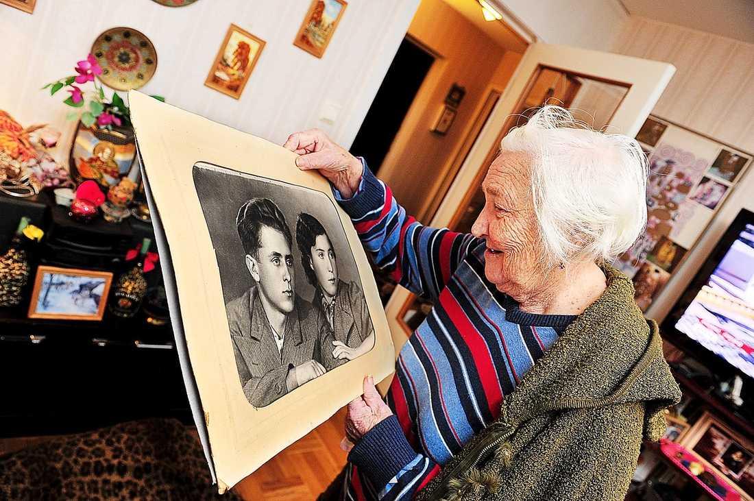 """BELÖNAD MED FLERA MEDALJER Under andra världskriget var utvisningshotade Ganna Schyzevska fältskär vid fronten. När tyskarna intog Kiev i september 1941 hann hon inte fly utan togs till fånga av Gestapo. """"De sa att jag var judinna"""", berättar hon."""