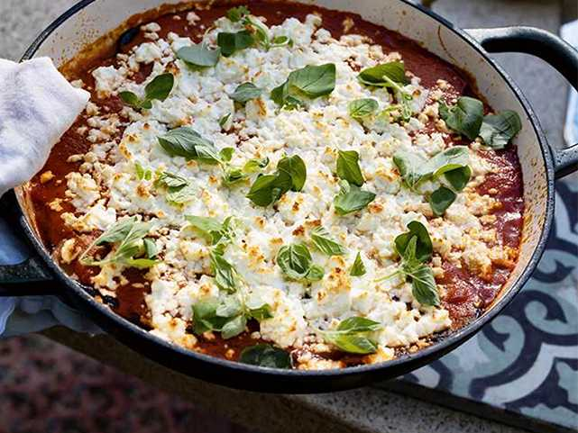 Ugnsgratinerad aubergine med tomatsås och fetaost.
