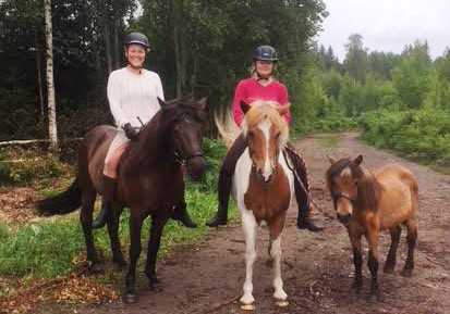 Fanny och Michaela på hästarna.