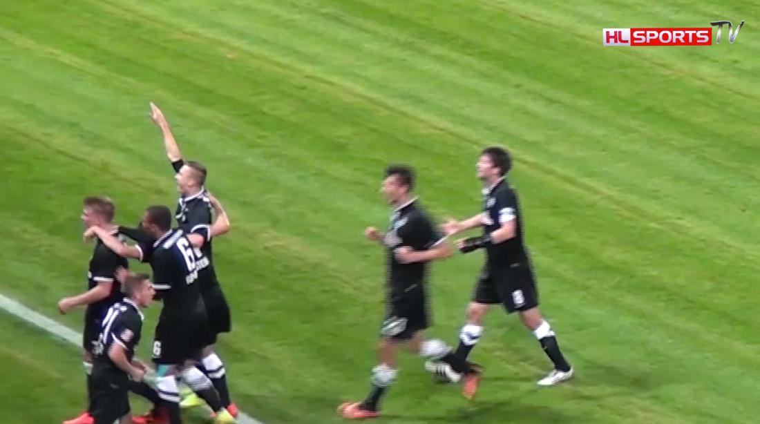 Lukowicz har handen uppe fram till att en lagkamrat sliter tillbaka honom. Foto: HL Sports