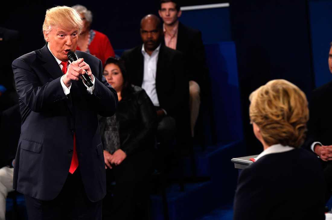 Donald Trump och Hillary Clinton drabbar samman i den andra debatten.