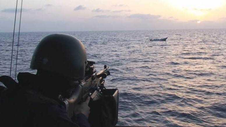Den svenska skyddsstyrkan öppnade eld mot de beväpnade piraterna.