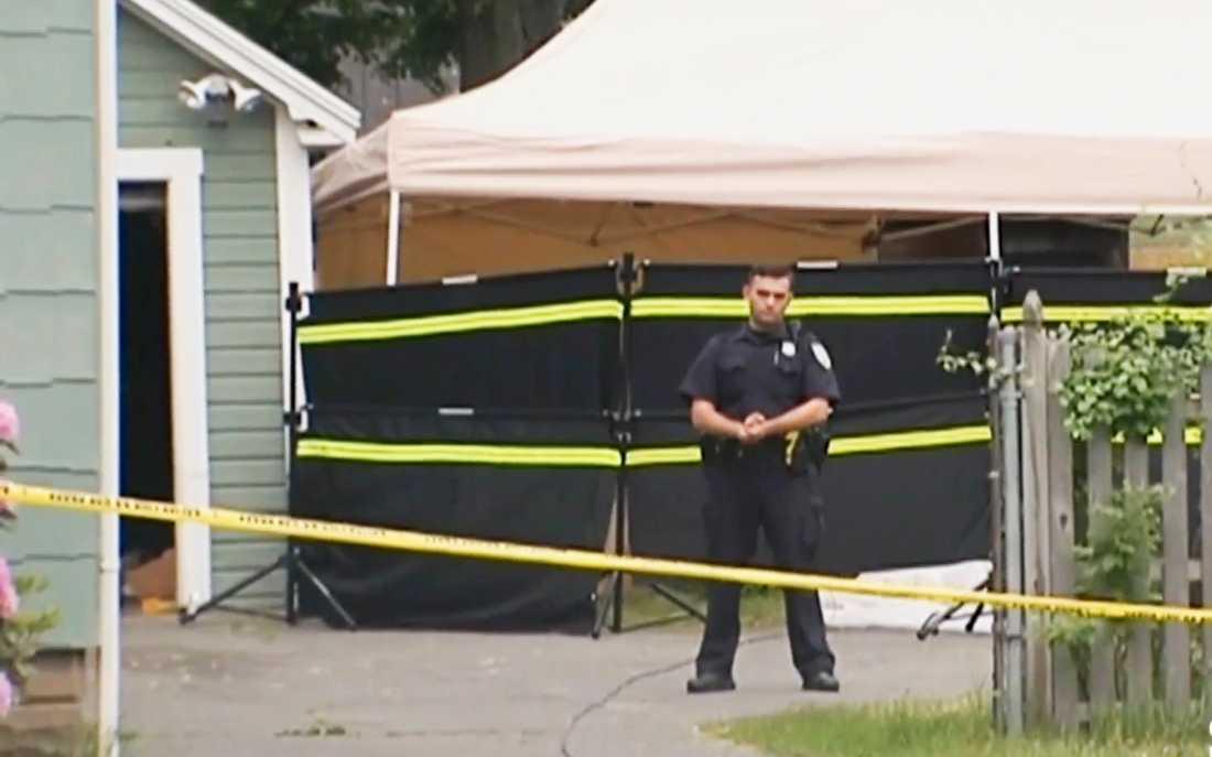 Tre döda kroppar hittades i bostaden.