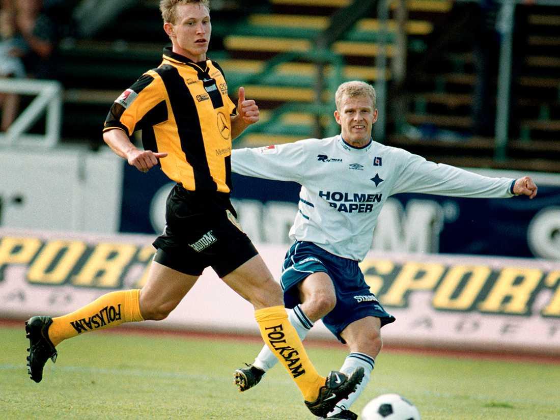 Kim Källström debuterade i Häckens a-lag som 16-åring och var med och spelade upp klubben till allsvenskan 2000. Här mot IFK Norrköpings Kristian Bergström. Foto: Thomas Johansson.
