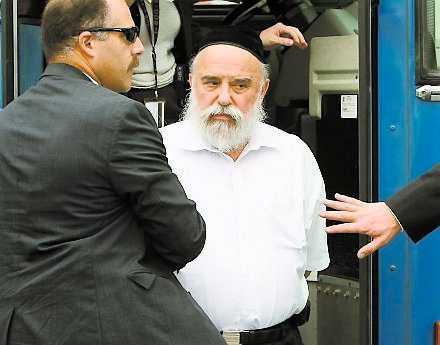 Levy Izhak Rosenbaum förs bort av FBI-agenter. Rosenbaum ska ha fungerat som mellanhand i den illegala organhandeln.