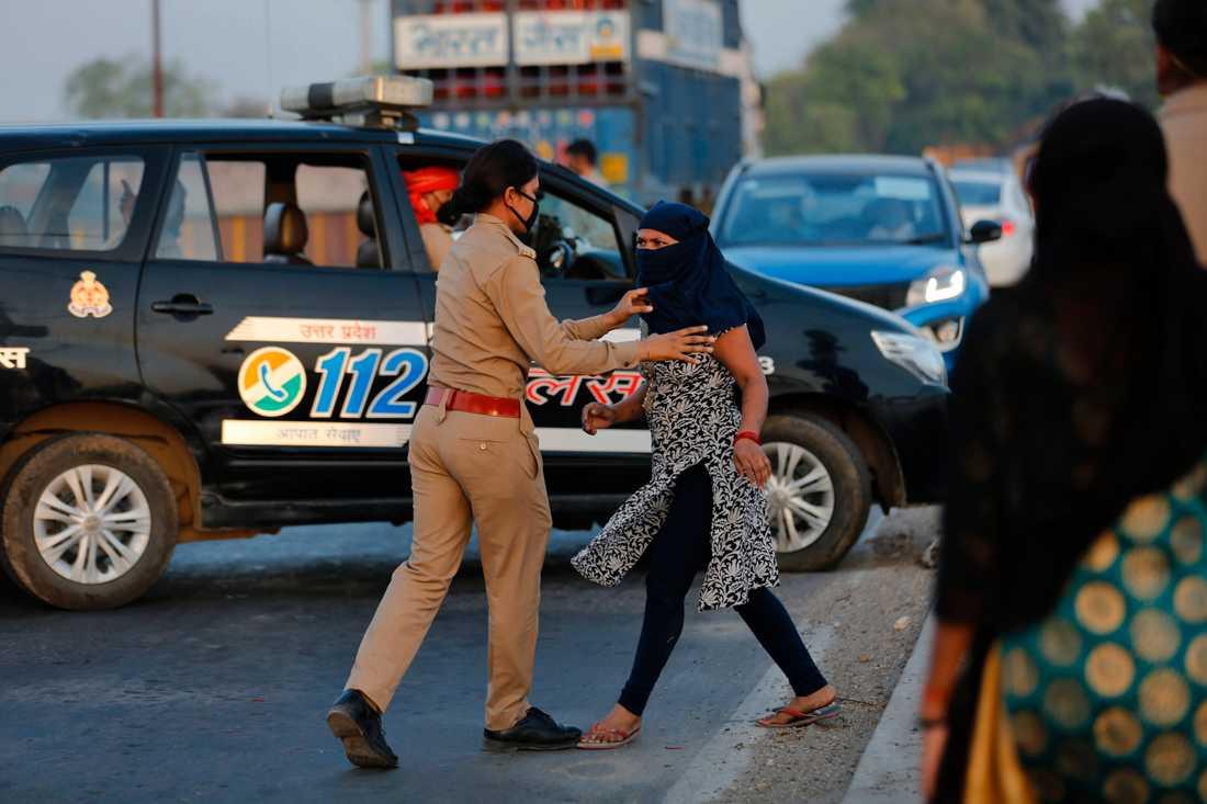 En kvinna som vägrat stanna vid en kontroll i delstaten Uttar Pradesh grips av polisen.