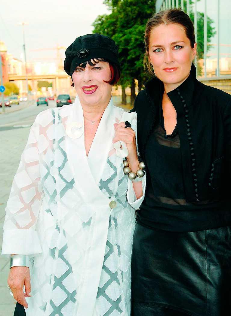 Guldknappenvinnaren från 1983, Gunilla Pontén i sällskap med dottern Beata.