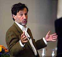 Näringsminister Leif Pagrotsky gick till hårt angrepp mot euron när han talade på Munkebäcksgymnasiet Göteborg.