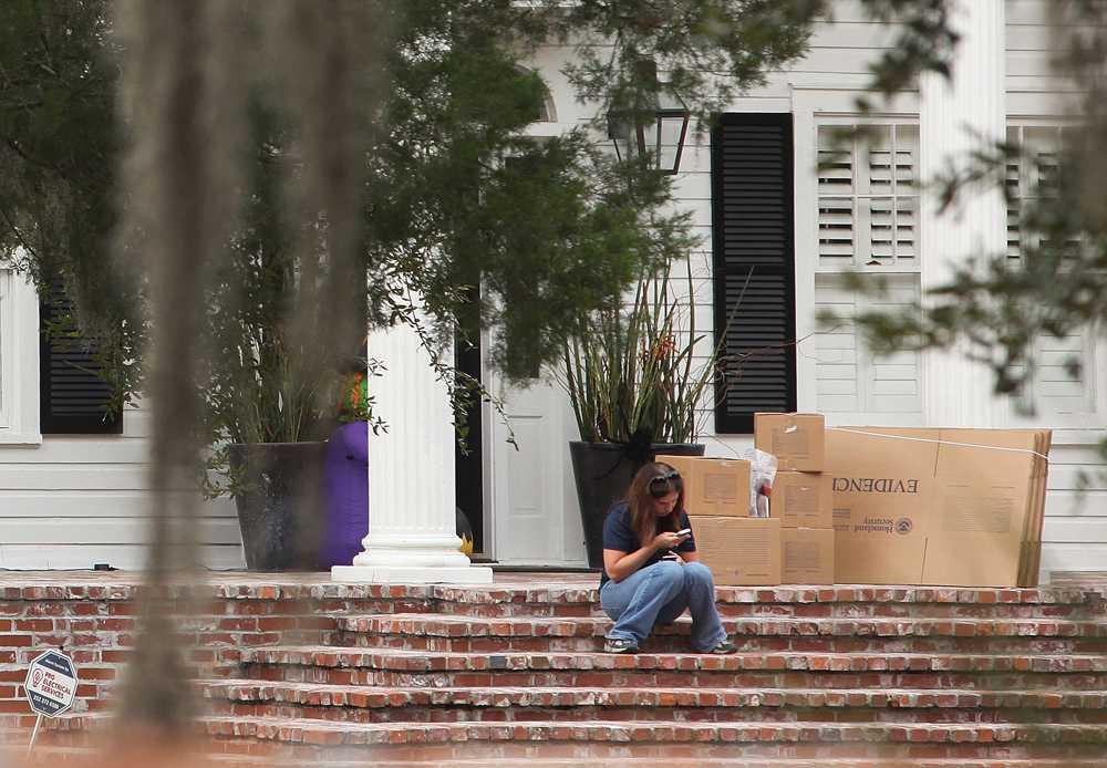Eric Prokopis hem, där polisen samlat bevisföremål i kartonger.