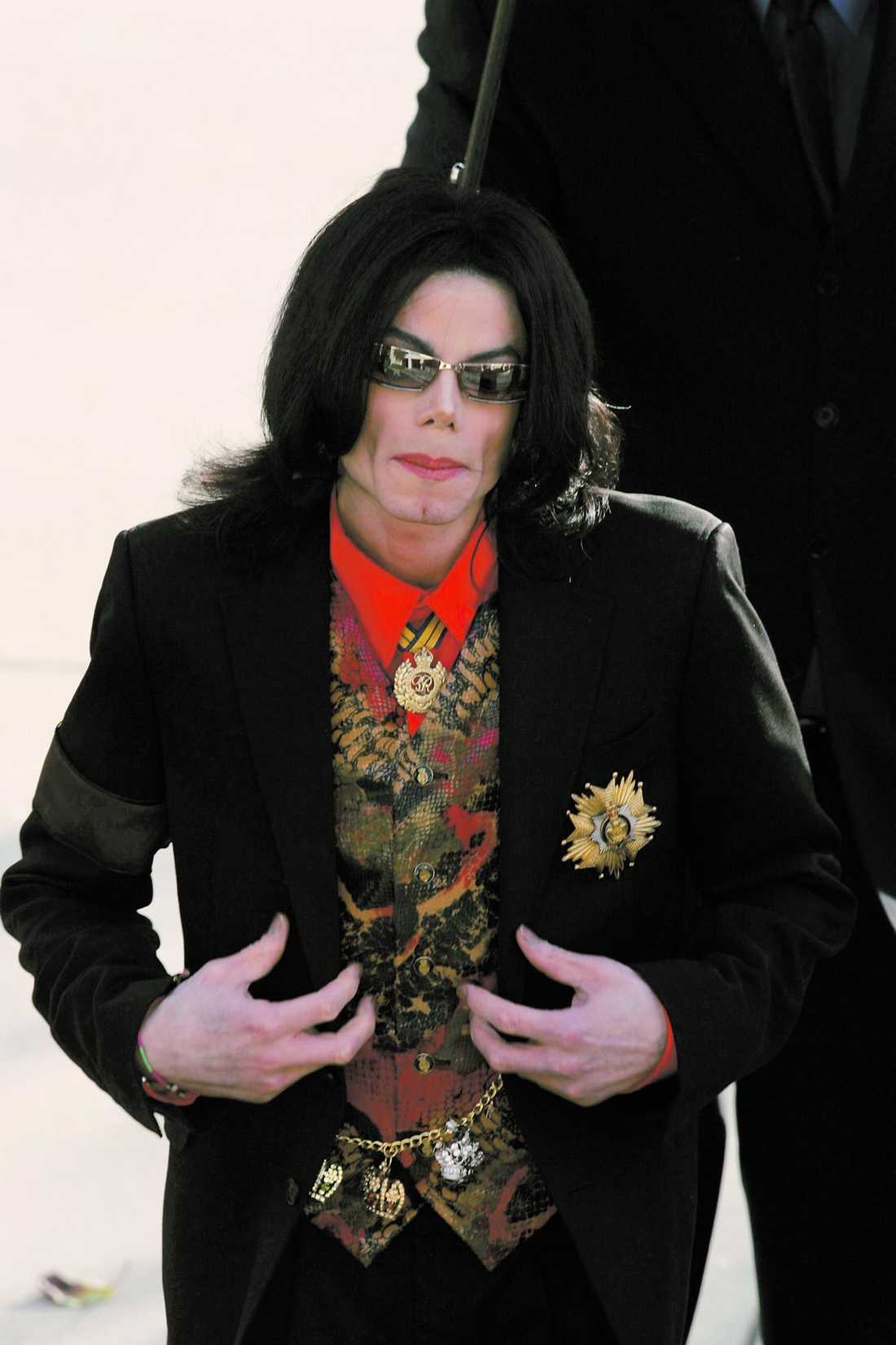 Ensam Butlern berättar att Michael Jackson var mycket ensam. Varje dag fick han en cocktail narkotikaklassad medicin av sin doktor. Alla hans vänner var barn.