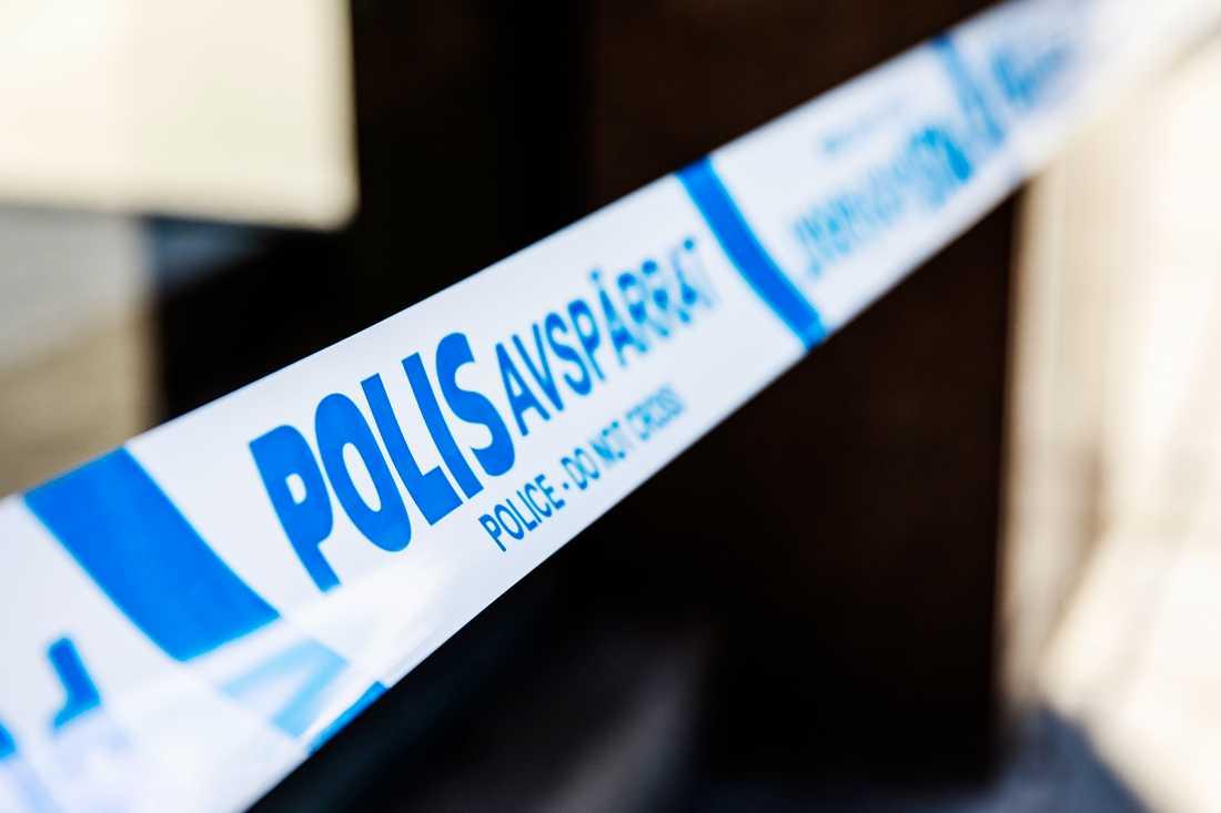 En polisinsats pågår sedan skott avlossats mot en lägenhet i Sundbyberg under natten på tisdag.